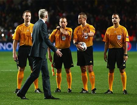 Wenger gây áp lực lên trọng tài khi bước vào giờ nghỉ giải lao