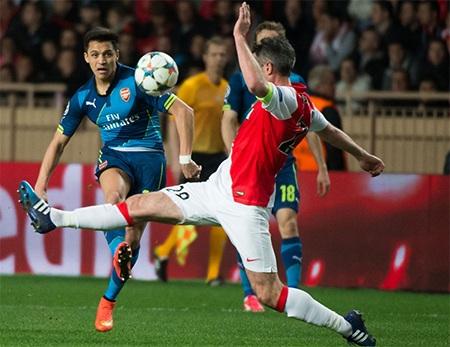 Sanchez về phía cầu môn đối phương, tiếc rằng trận này anh không có duyên