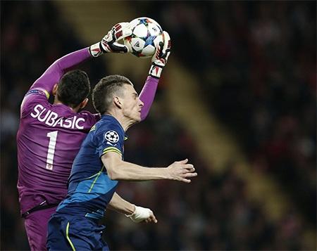 Subasic bắt bóng ngay trên đầu Kosicelny, thủ thành của Monaco chơi rất hay ở trận đấu này