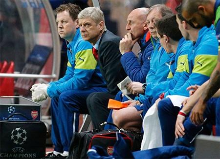 Wenger trầm ngâm trên băng ghế chỉ đạo khi các học trò của ông kém duyên