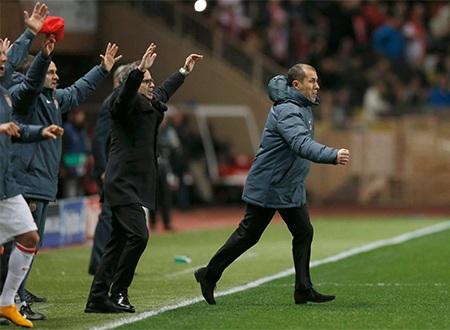 Niềm vui của Ban huấn luyện Monaco khi đội bóng của họ lọt vào tứ kết