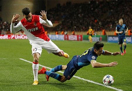 Sanchez bị phạt thẻ vàng vì ăn vạ