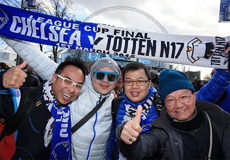 Cổ động viên Chelsea chuẩn bị tới Wembley theo dõi trận chung kết League Cup