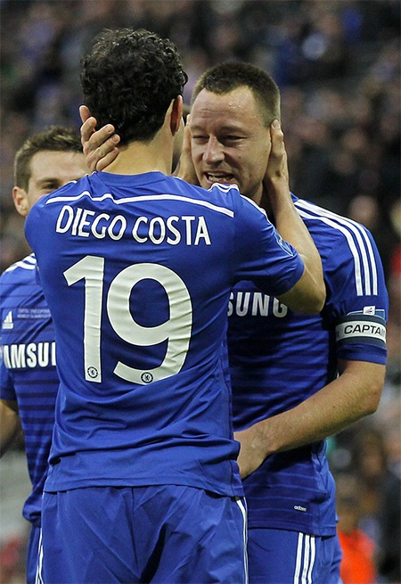 Costa chúc mừng đồng đội. Terry đã làm thay nhiệm vụ của hàng công là ghi bàn