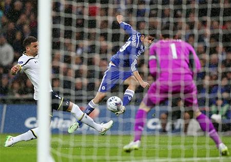 Ngay đầu hiệp hai, Costa đã giúp The Blues vượt lên dẫn 2-0