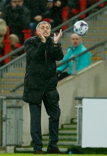 Mourinho hò hét các học trò thi đấu bên đường biên