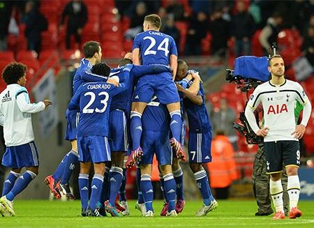 Niềm vui của Chelsea khi trọng tài nổi hồi còi mãn cuộc