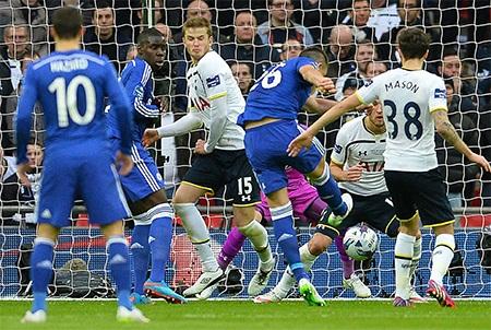 Tiền đạo trẻ của Tottenham Kane trong vòng vây của các cầu thủ Chelsea