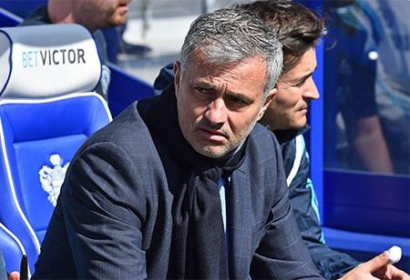Mourinho ngồi trên băng ghế chỉ đạo chờ trận đấu bắt đầu