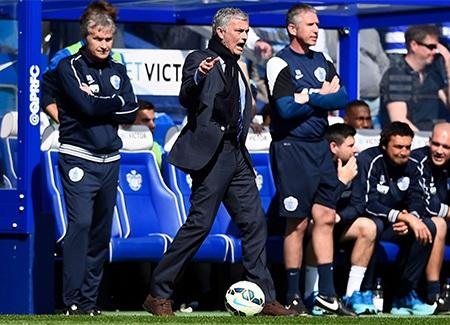 Mourinho hò hét chỉ đạo học trò ở bên ngoài sân