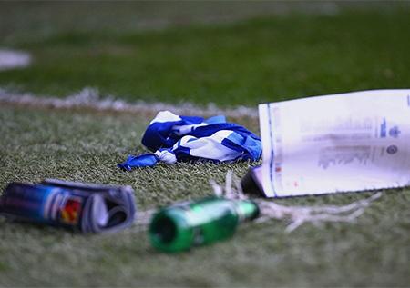 Đủ thứ vật thể lạ được ném xuống sân. Ivanovic dính nguyên một chiếc bật lửa ném vào đầu