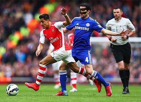 Fabregas (áo xanh) lần đầu trở lại Emirates