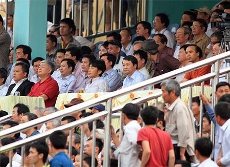 HLV Miura theo dõi trận đấu từ khán đài, ảnh: Minh Phương
