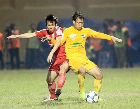 Pha tranh bóng quyết liệt giữa cầu thủ Thanh Hóa (phải) và Bình Dương, ảnh: Minh Phương