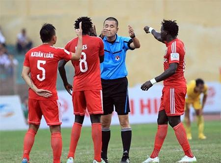 Các cầu thủ Bình Dương vây lấy trong tài đòi phạt thẻ đối thủ, ảnh: Minh Phương