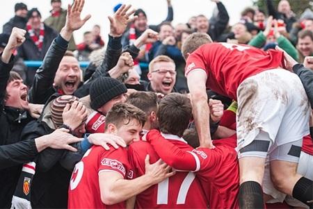 Các cầu thủ FC United vui mừng trong một chiến thắng