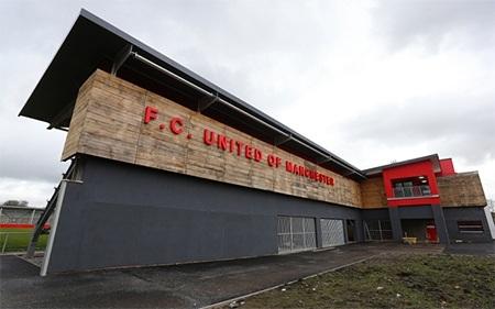 Tên của FC United of Manchester đặt trước sân Broadhurst Park