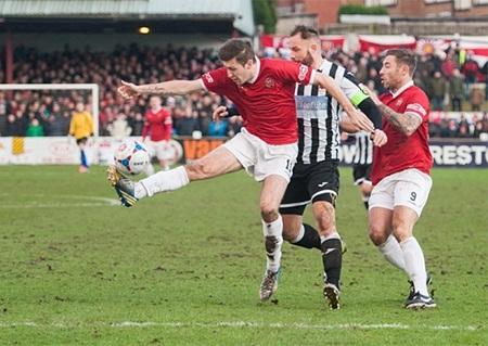 Các cầu thủ FA United (áo đỏ) thi đấu với Chorley