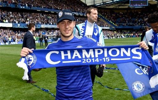 Hazard khoe tấm khăn lưu niệm có dòng chữ vô địch, phía sau anh là thủ thành Petr Cech.
