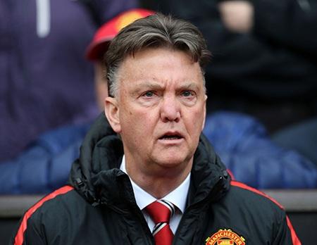 Van Gaal ngồi khá trầm ngâm trên khán đài, ông đã thay đổi nhân sự khá nhiều ở trận này