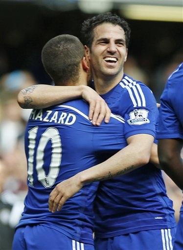 Hazard ăn mừng cùng Fabregas
