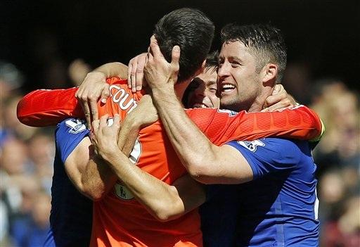 Cahill chia vui cùng với các đồng đội