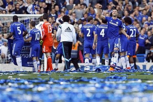 Mặt sân Stamford Bridge đầy xác pháo (giấy) tung bay chào mừng chức vô địch của Chelsea