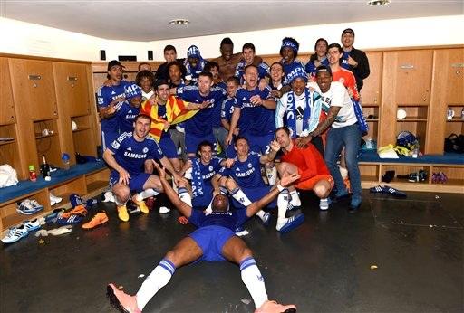 Các cầu thủ Chelsea ăn mừng trong phòng thay đồ