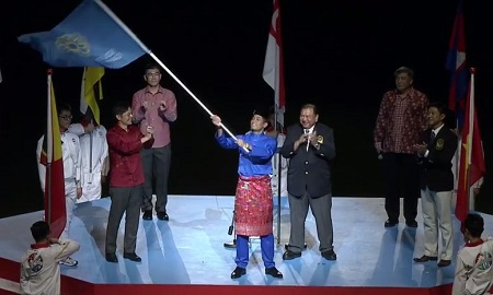 Cờ đại hội thể thao khu vực được trao cho đại diện của Malaysia