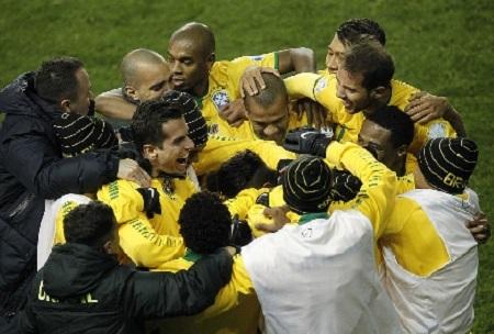 Niềm vui của các cầu thủ Brazil với bàn thắng quyết định ở phút bù giờ