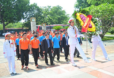 Đoàn dâng hoa và thắp hương tại Đài tưởng niệm các Anh hùng liệt sỹ.