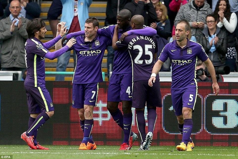 Yaya Toure nhận lời chúc mừng từ đồng đội sau khi ghi bàn