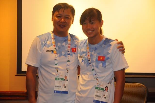 HLV Đặng Anh Tuấn (trái) và Ánh Viên, ảnh: Ngô Linh