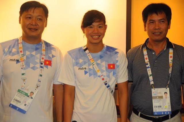 HLV Anh Tuấn (trái), VĐV Ánh Viên và Trưởng đoàn thể thao Trần Đức Phấn, ảnh: Ngô Linh