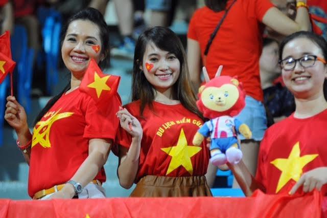 Nét rạng ngời của các nữ cổ động viên U23 Việt Nam trên khán đài Bishan, ảnh: Tiến Đạt