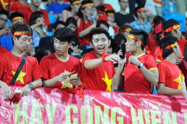 Rất đông khán giả trẻ tuổi đến cổ vũ cho thầy trò HLV Miura