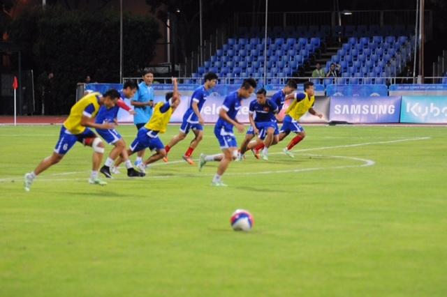 Các cầu thủ U23 Việt Nam khởi động trước trận đấu với U23 Malaysia