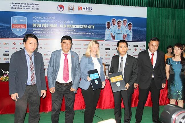 Đại diện của Man City  bà Sarah White (giữa) khẳng định CLB sẽ mang đội 1 sang Việt Nam