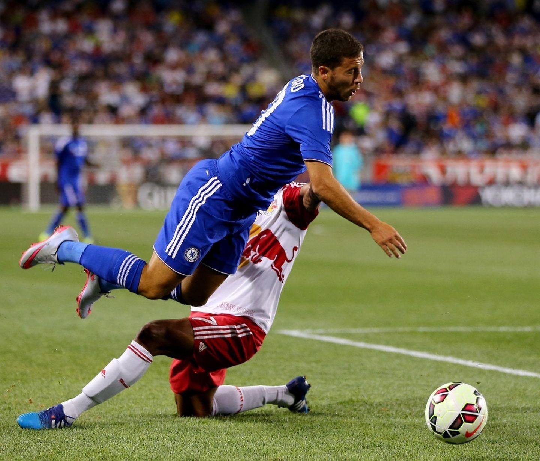 Hazard được tung vào sân hiệp hai, anh thi đấu năng nổ nhưng các cầu thủ NYRB đã không nương chân