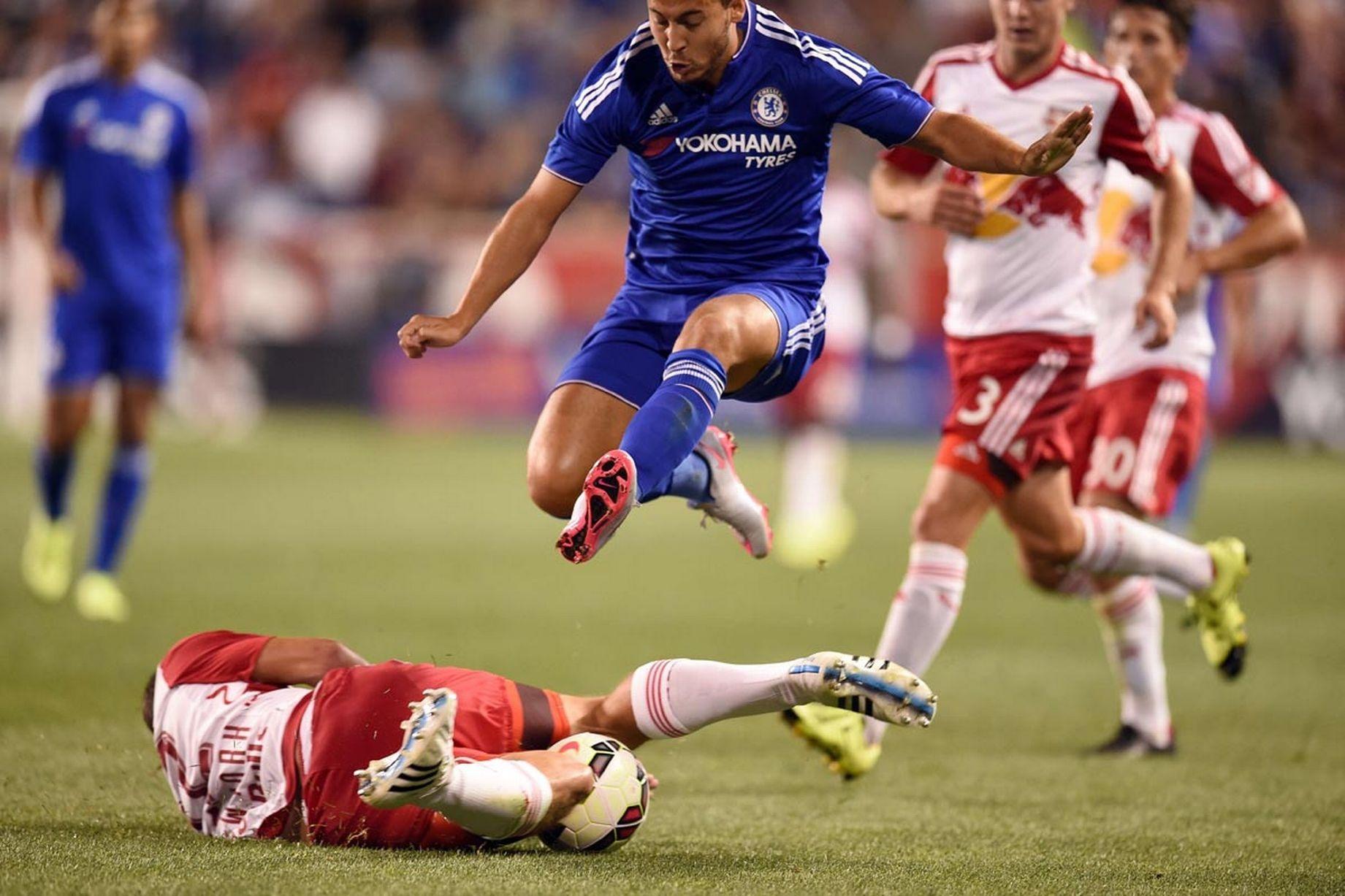 Hazard vẫn là lá phổi của Chelsea, anh ghi một bàn, nhưng không thể giúp Chelsea tránh thua thảm