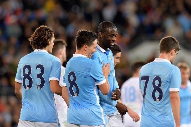 Các cầu thủ Man City chúc mừng Nasri sau khi tiền vệ người Pháp ghi bàn