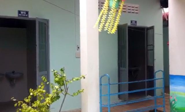 Nhà vệ sinh của nhà trường chưa đầy 30m2 nhưng kinh phí xây dựng lên đến 700 triệu đồng.
