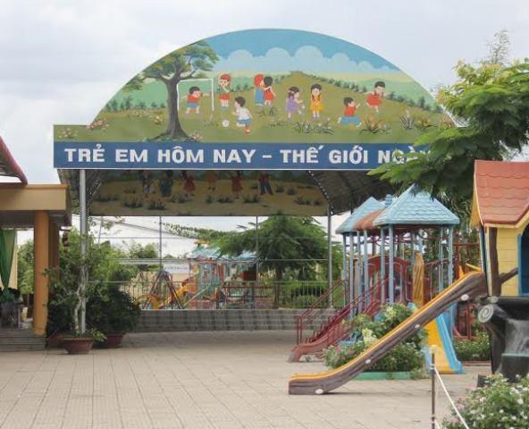 Sân khấu của trường mầm non Trường Phú cũng chỉ 30m2, xây dựng rất sơ sài nhưng ngốn hết số tiền nửa tỷ đồng.