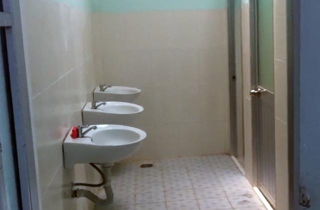 Nội thất bên trong nhà vệ sinh trị giá 700 triệu đồng.