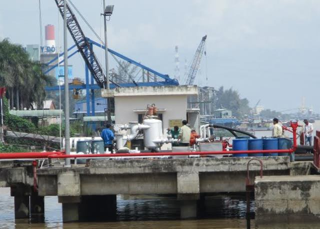 Đoàn kiểm tra liên ngành đang kiểm tra trạm cấp nước Trà Nóc (quận Bình Thủy)