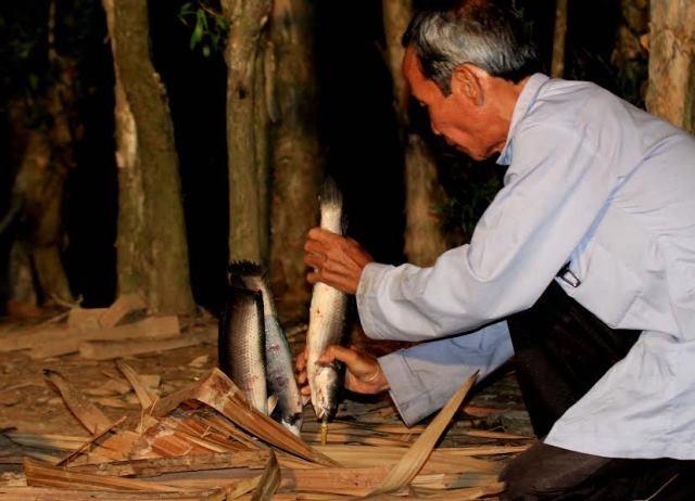 Đặc biệt du khách còn được người dân ở đây nướng cá lóc đồng để thưởng thức.