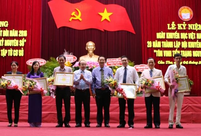 Ông Lê Văn Tâm - Phó Chủ tịch thường trực UBND TP Cần Thơ trao bằng khen cho các cán bộ khuyến học và giáo viên có thành tích xuất sắc trong công tác khuyến học.