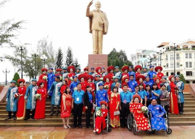 Các cặp cặp uyên ương có mặt tại tượng đài Chủ tịch Hồ Chí Minh (bến Ninh Kiều).