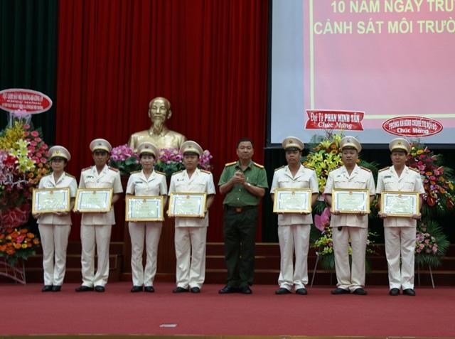 Đại tá Trần Ngọc Hạnh - Giám đốc Công an TP Cần Thơ Cần Thơ trao bằng khen cho các cá nhân và tập thể