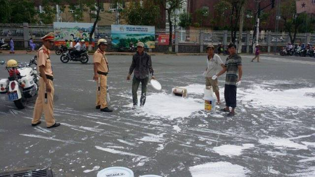 CSGT Ninh Kiều giúp dân hốt sơn